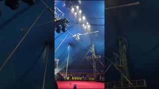 На выступлении в Цирке канатоходец без страховки упал с высоты каната получил травму, опасная работа