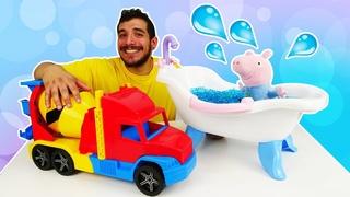 Los camiones para niños llenan con agua una bañera. Juguetes Peluches. El peluche de Peppa Pig
