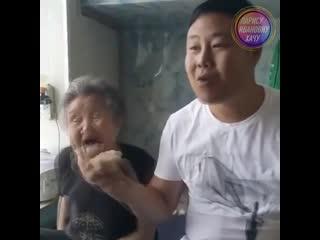 С такой бабулей, шутки плохи 😁