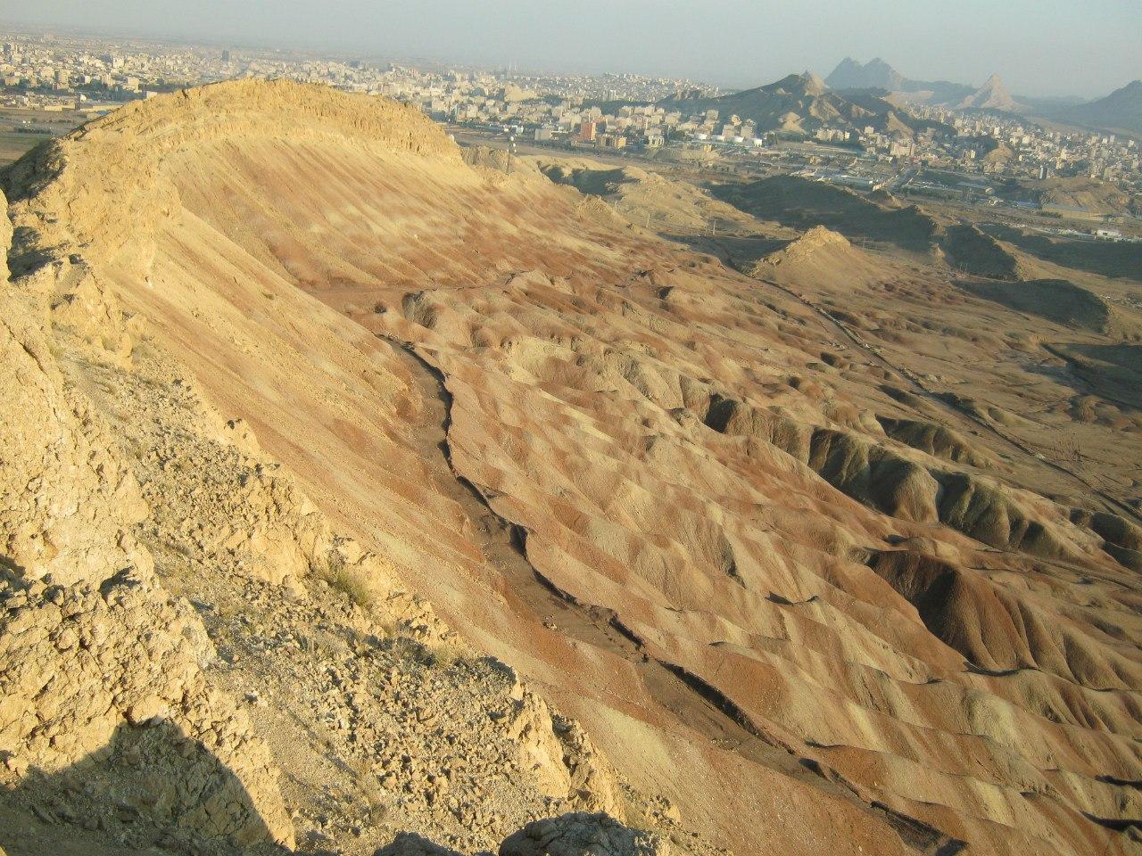 Город Кум скалы