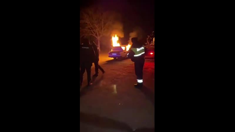 Мужик поджег свою машину чтобы ее не эвакуировали