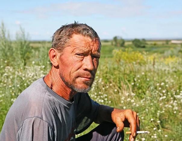 ИВАНОВ Иванов на пшеницу был похож. Такой же золотистый весь. Даже глаза. И улыбка тоже. И волоски из него, как из пшеницы, топорщились как-то вверх. Дружно. И на голове, и из ворота рубахи. На