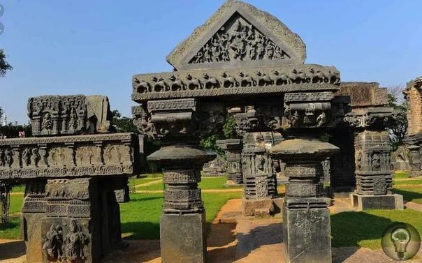 Необычный артефакт, обнаруженный в индийском храме На данный момент артефакт расположен в центральной части одного из храмов на небольшом пьедестале. Однако изначально он пылился в песках, а