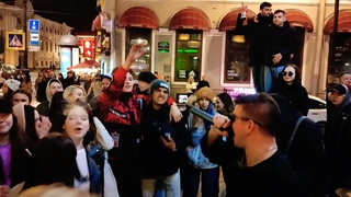 """. — """"Нас не догонят"""", в исполнении группы """"Висконти"""" на Невском проспекте в Санкт-Петербурге"""