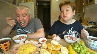 Мукбанг БОГАТЫЙ стол 🥗🍖 на завтрак 😋 Едим с мужем НАПЕРЕГОНКИ 🤭 Салат, бутерброды, икра, колбаса
