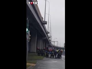 Спасатели не дали мужчине упасть с моста в Бресте