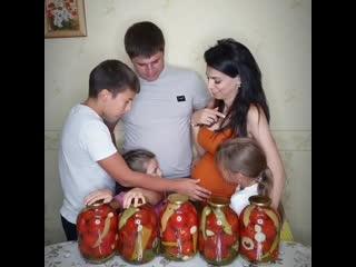 Крепкaя и дpyжная семья