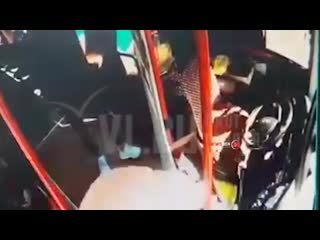 Во Владивостоке пассажир автобуса спровоцировал драку и сломал водителю нос