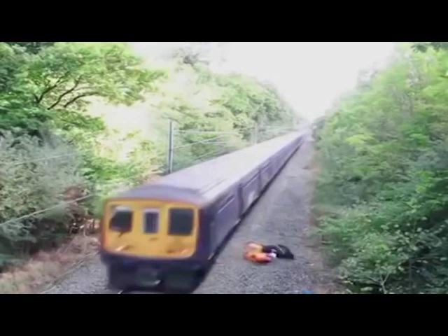 Il gesto eroico di un ferroviere salva un ciclista pochi istanti prima che il treno lo investa