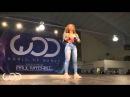 Девушка круто танцует popping