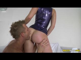 Брюнетка в платье из латекса занимается горячим сексом с молодым парнем 18+