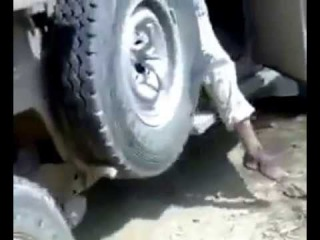 Йемен. +18. Хуситы показывают уничтоженную из засады машину саудитов и тела ее пас...