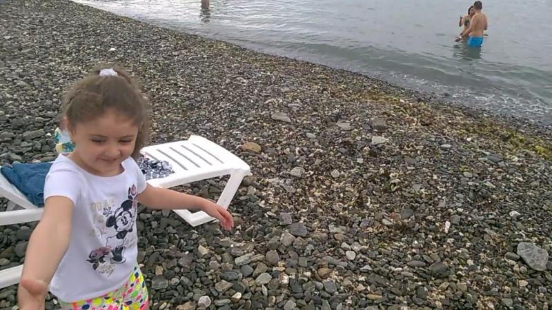 Аидочка первый раз спустилась к морю