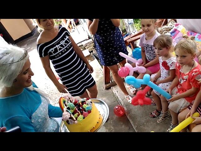 Эльза несет торт на день рождения Соне 5