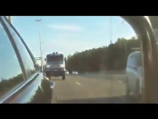 Дакаровскии КАМАЗ на скорости в 180км_ч обгоняет иномарку на трассе