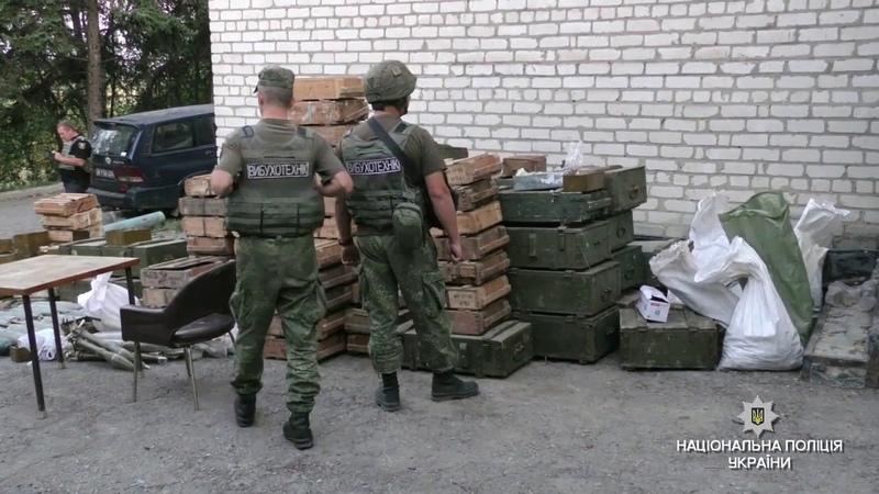 На Донеччині три добровольчі підрозділи добровільно передали озброєння Національній поліції