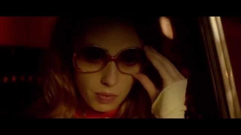 Дама в очках и с ружьем в автомобиле La Dame dans l'auto avec un fusil et des lunettes