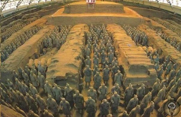 Терракотовая армия: Занимательные факты В 1974 году китайские крестьяне,копавшие колодец,неожиданно наткнулись на фрагменты какой-то керамики,а затем на плечи статуи из обожженной глины.