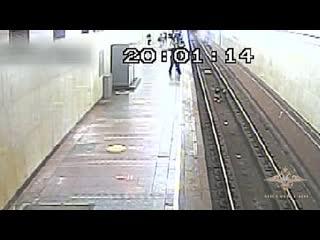 В Москве полицейский спас мужчину в метро