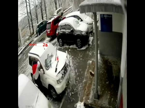 Камера сняла падение плиты на машину на Нейбута 34 У водителя сегодня второй День рождения