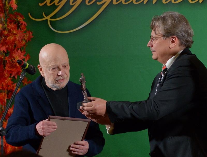 Андрей Максимков вручает Павлу Финну приз - статуэтку Анны Ахматовой