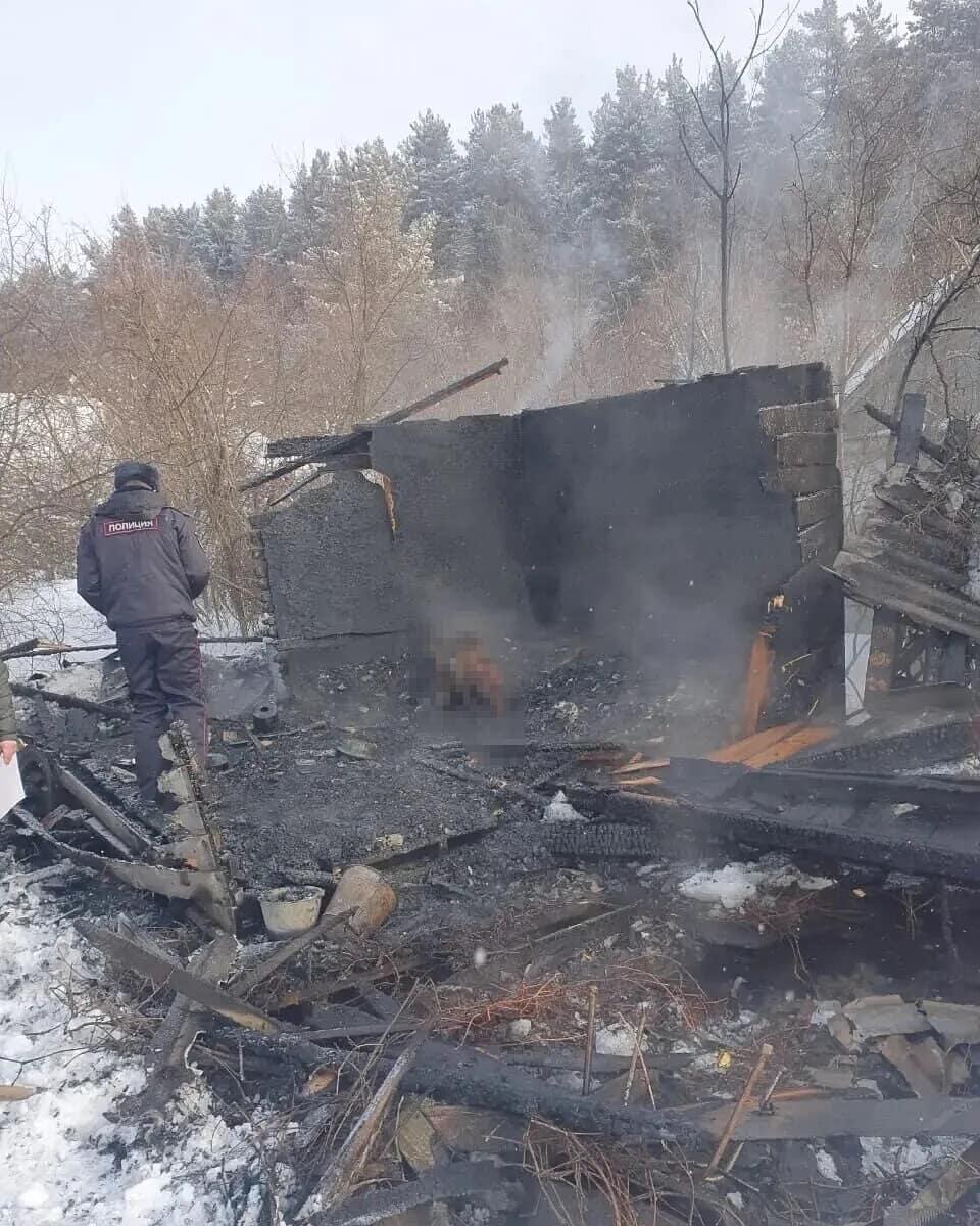 В Петровске во время пожара в дачном домике погиб мужчина