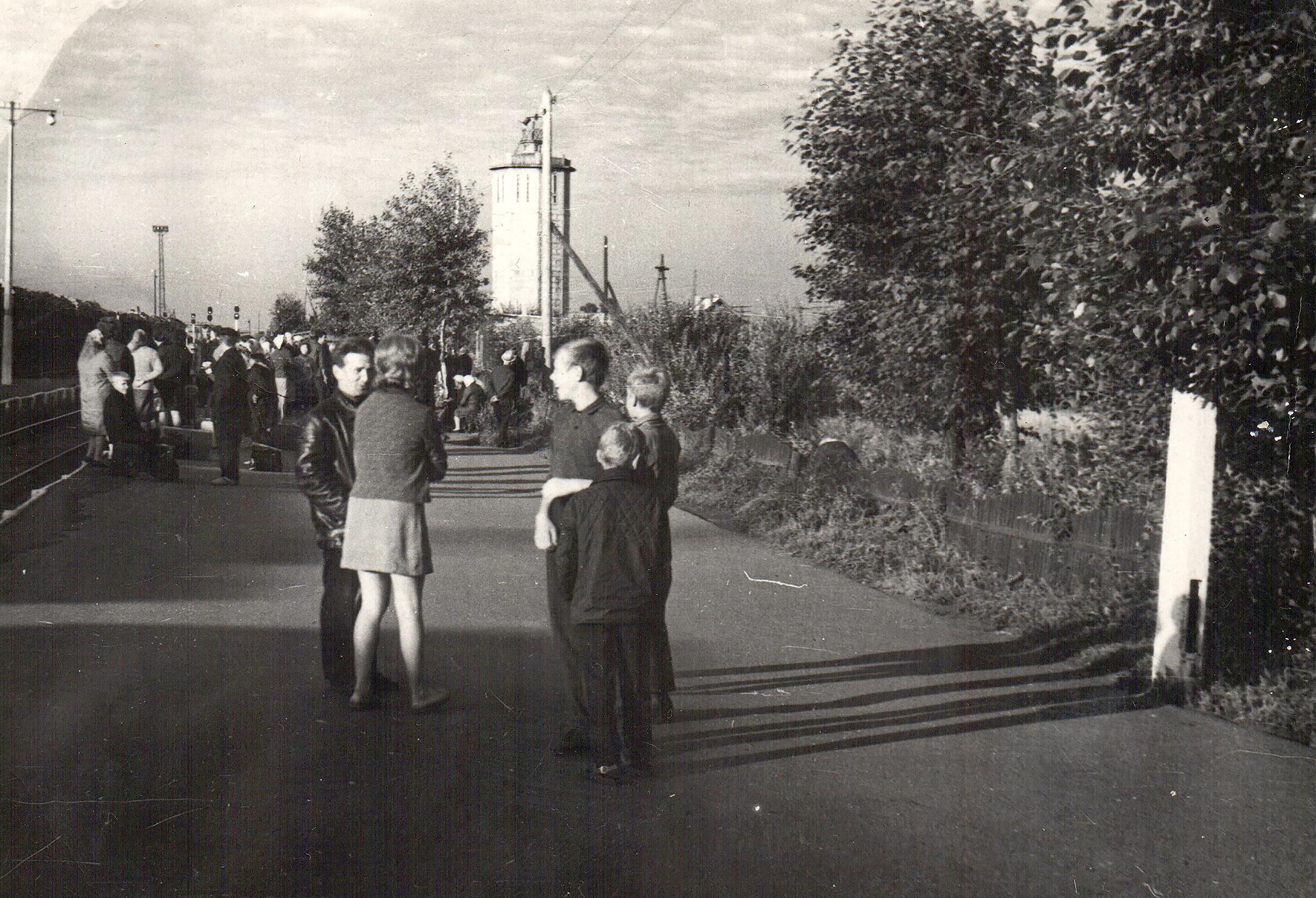 Фото 1970-го года, начало лета, на перроне