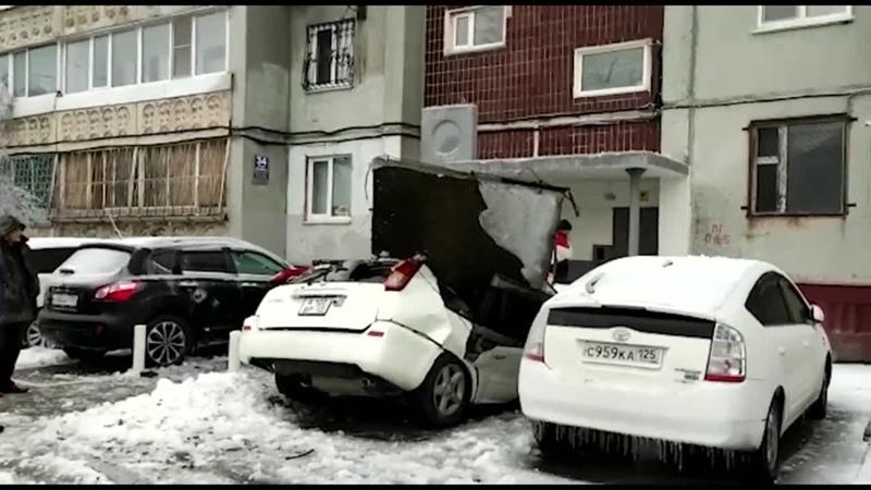 Плита разрубила машину пополам
