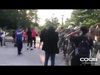 Нацгвардия танцует Макарену с протестующими в США 2020... праздник какой-то, а нет, просто протесты. 114 копов пострадало на