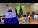 Дед Мороз танцует с ребятами «Польку»