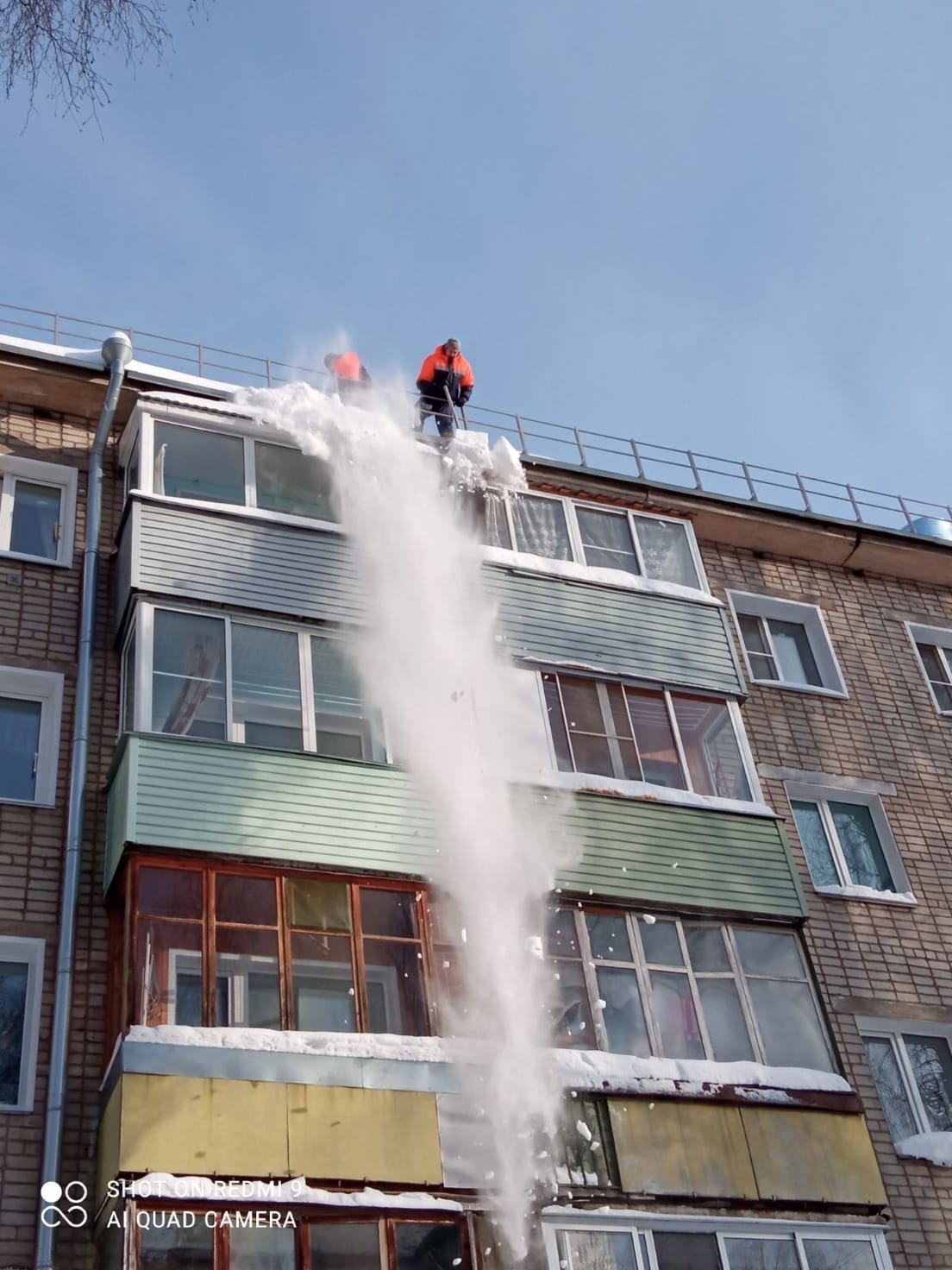 Улица Монтажников дом 28 чистка периметра скатной