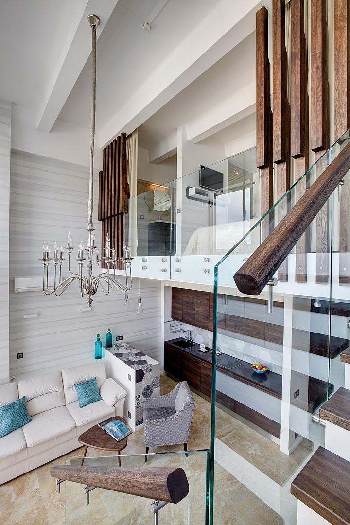 Интерьер просторной двухуровневой квартиры-студии в Москве.