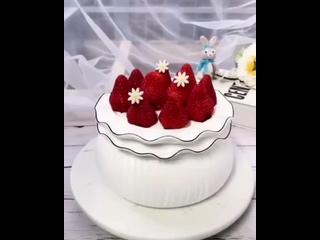 """Кремовый декор торта с клубникой. / Наша группа во ВКонтакте: """"ULTRACAKES""""."""