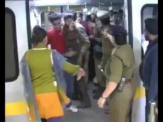 Индийская полиция избивает мужиков, которые ехали в женском вагоне метро