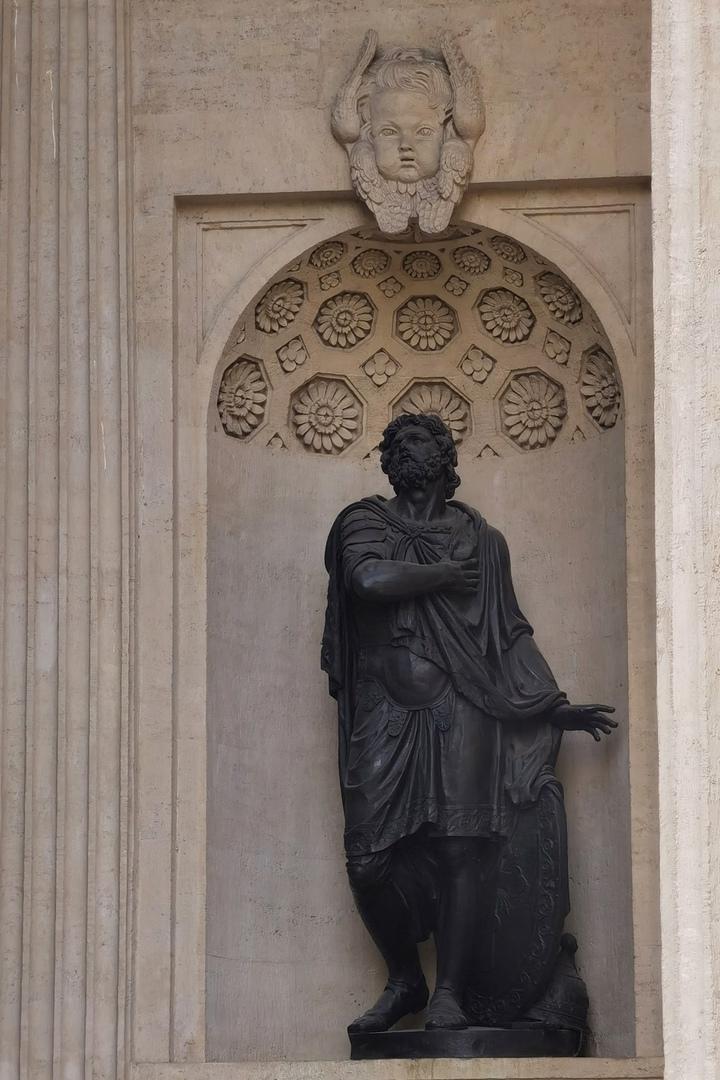 Статуя Александра Невского в нише северного портика Казанского собора