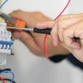 В чем разница между электронным и электрическим?