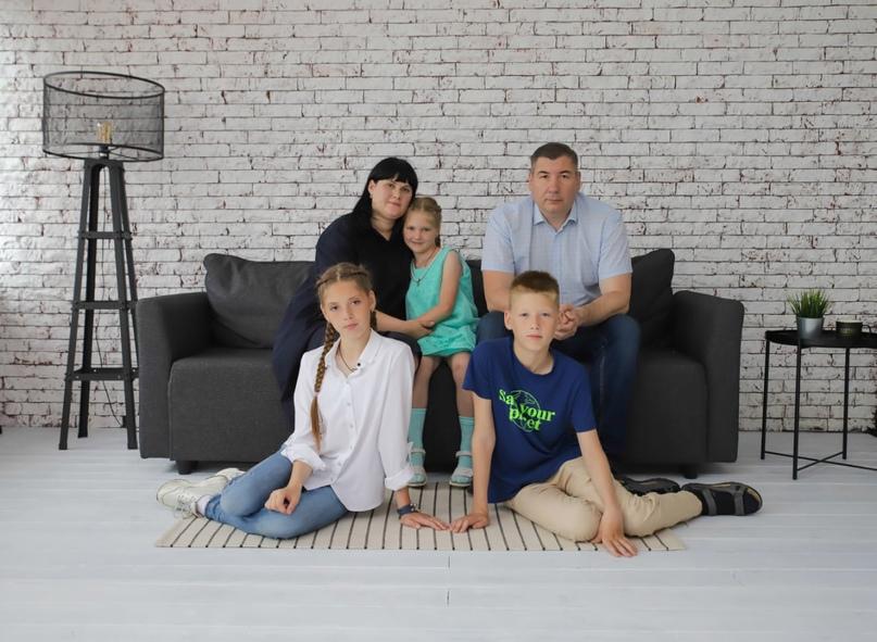 Юрий с женой и детьми