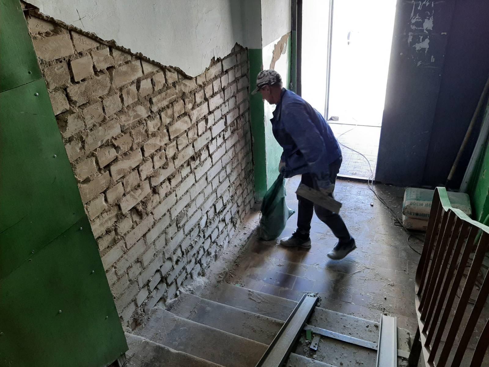 Улица Ломоносова дом 18.Подрядчик приступил к ремонту