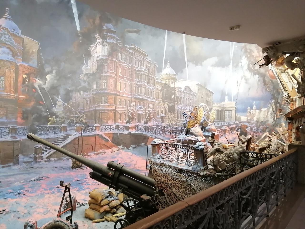 На фото это очевидно, но как только зайдёшь в зал с панорамой, непонятно, где заканчивается скульптура и начинается рисунок.