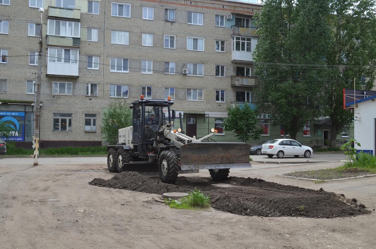 Въезды во дворы многоэтажек в центре Петровска отсыпают асфальтной крошкой