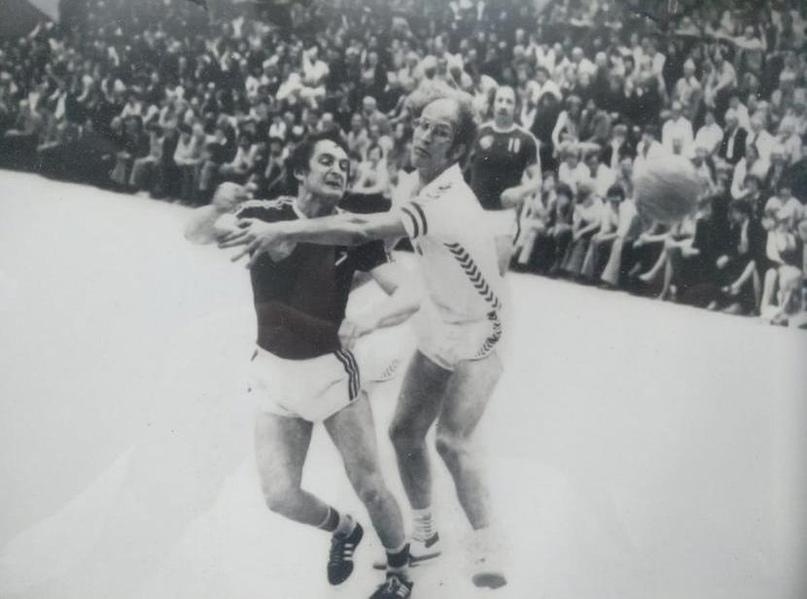 Валерий Богдан в составе МАИ. На заднем плане Виктор Махорин