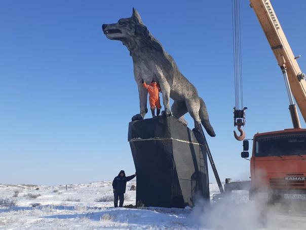 В Казахстане установили самую большую в мире статую волка Памятник появился недалеко от села Улытау. Высота волчары 6 метров. Плюс постамент почти четыре метра.Местные чиновники уже строчат