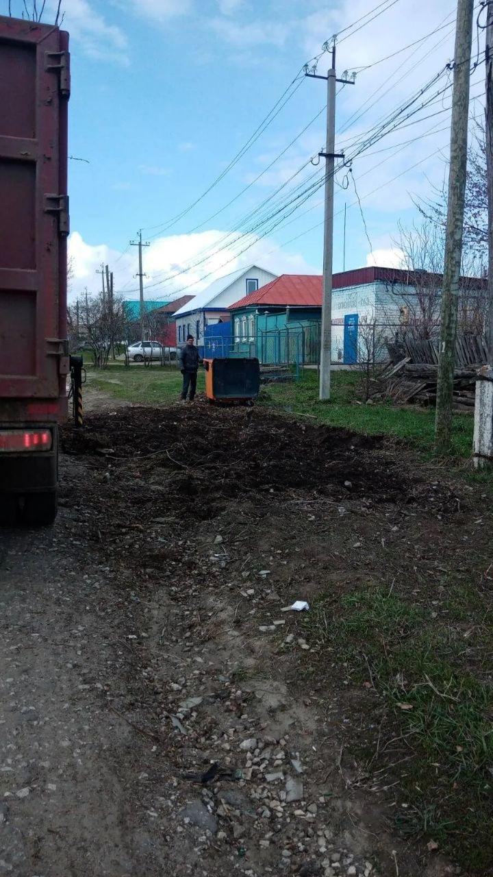 """Техника и специалисты ООО """"Коммунсервис"""" продолжают убирать мусор с контейнерных площадок города"""