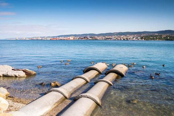 Бетонные трубы, уходящие в море