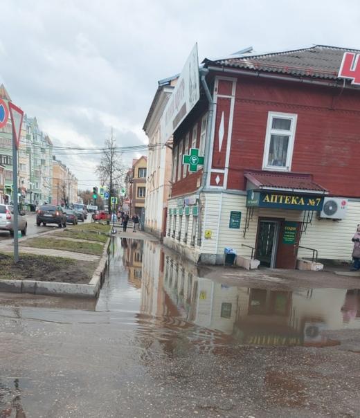 Центр города,  люди ходят по проезжей части.  По т...