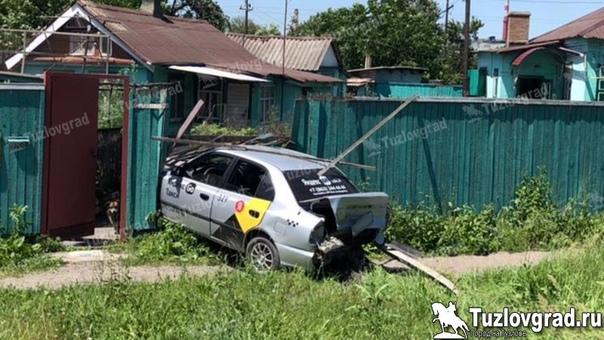 В Новочеркасске лихач вытолкнул попутную машину такси с дороги