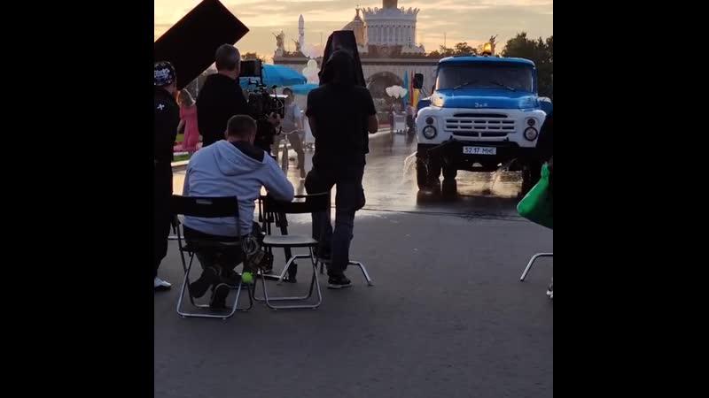 ГлюкoZa и Александр Ревва в парке на съёмках Прабабушка лёгкого поведения (август 2020 года)