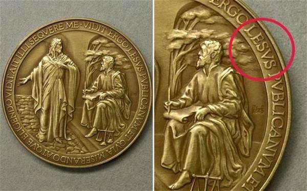 Медальон Святого Франциска: совсем не святая монета. В первую годовщину священства Папы Франциска Ватикан выпустил памятную монету. По краю этой монеты выгравирован девиз Папы, однако в него