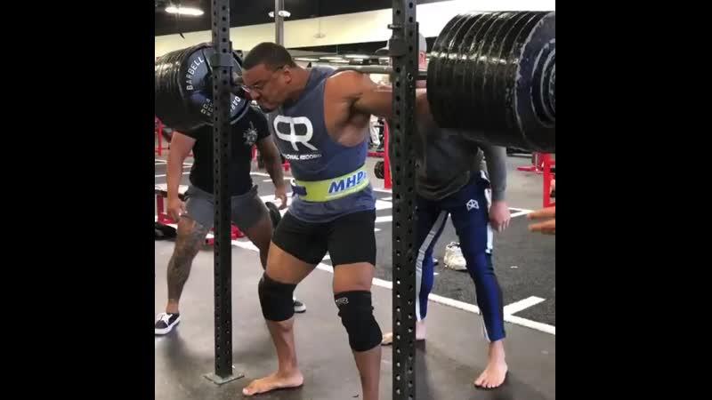 Ларри Уилс приседает 408 кг