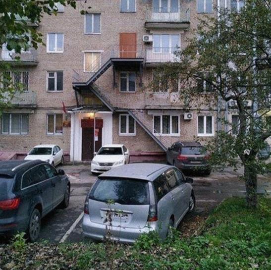 В Москве житель дома на Нагорной улице сделал себе отдельный вход в квартиру на 3 этаже Он просто установит дверь вместо окна и подвёл к ней лестницу.Соседи оказались не рады и сразу же